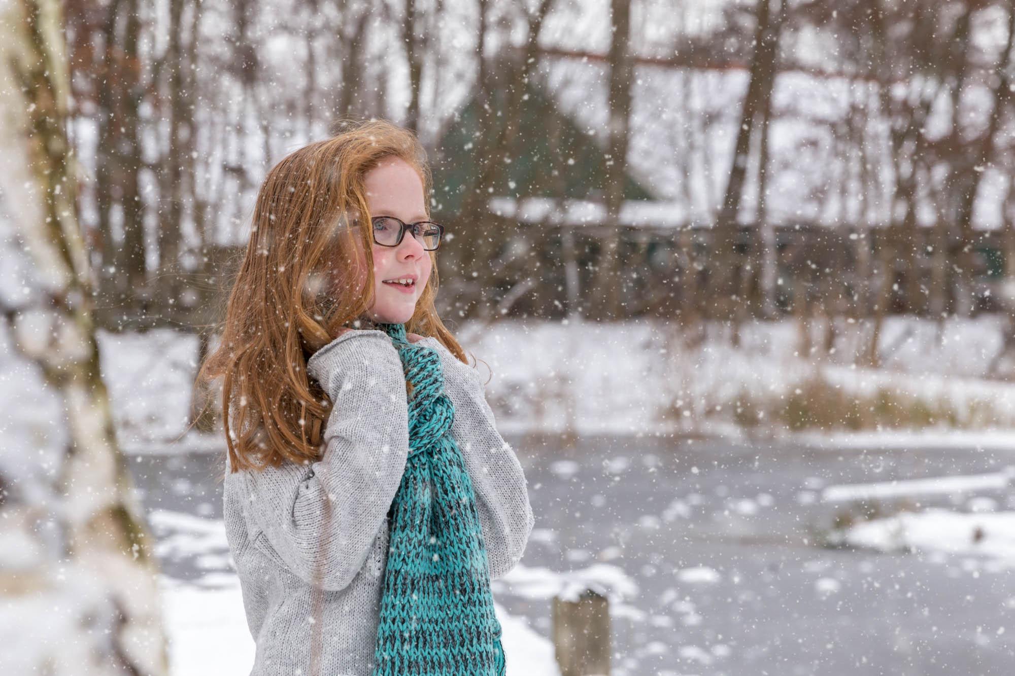 kind portret van meisje met rood haar in de sneeuw door mayrafotografie
