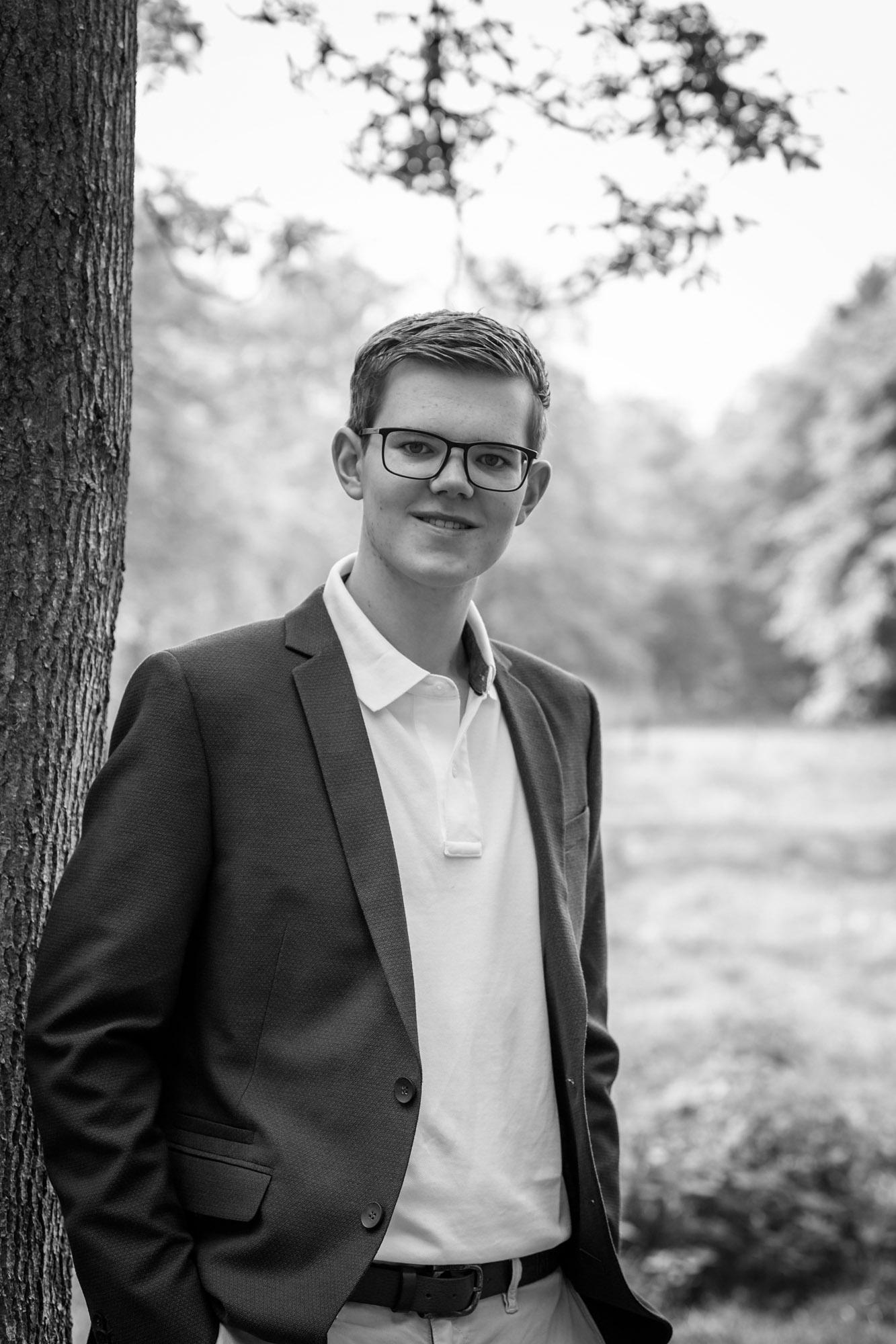 zakelijk zwart-wit portret van jonge man door mayrafotografie