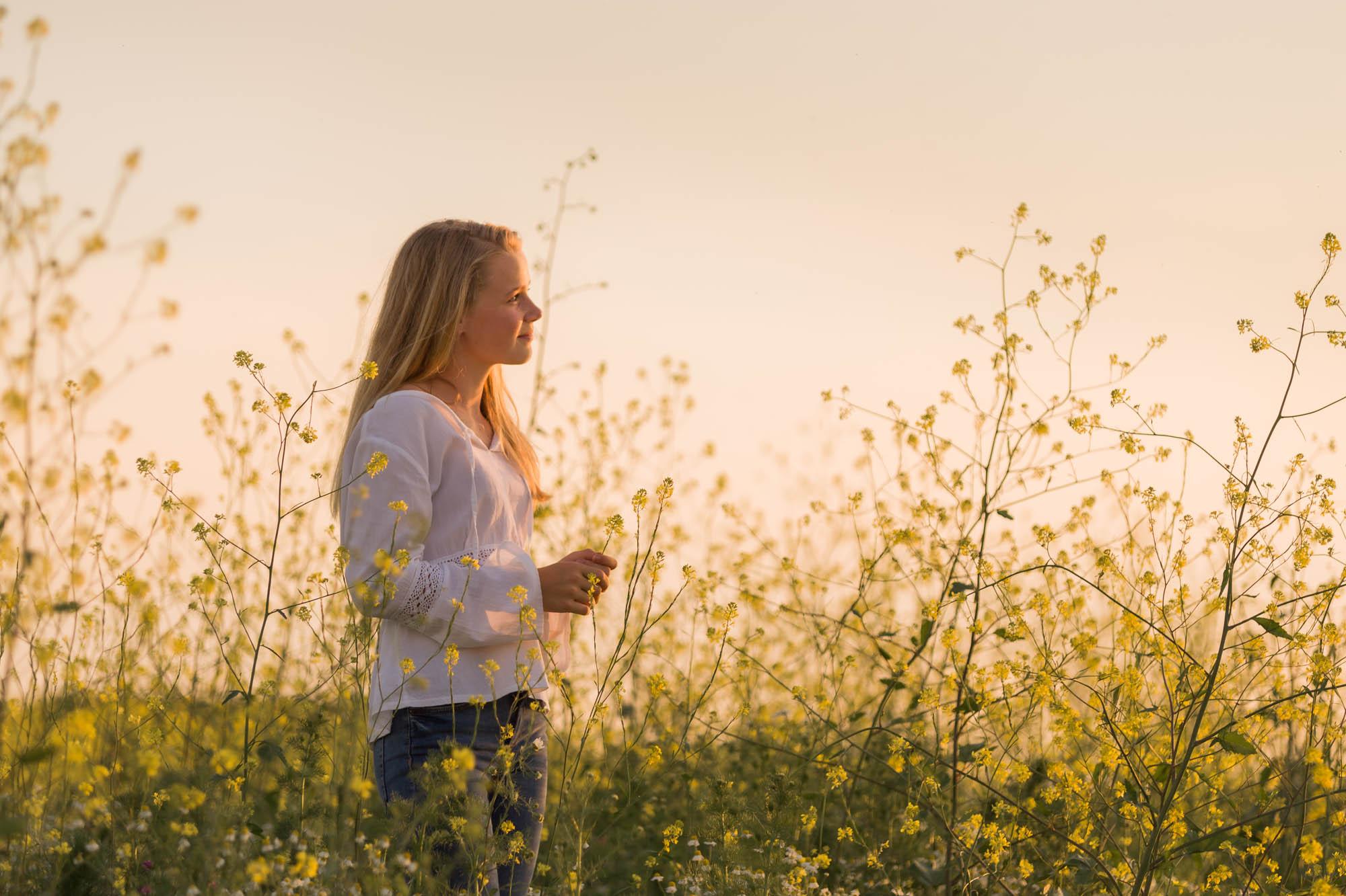 Romantisch portret van blond meisje tussen geel koolzaad door MayraFotografie