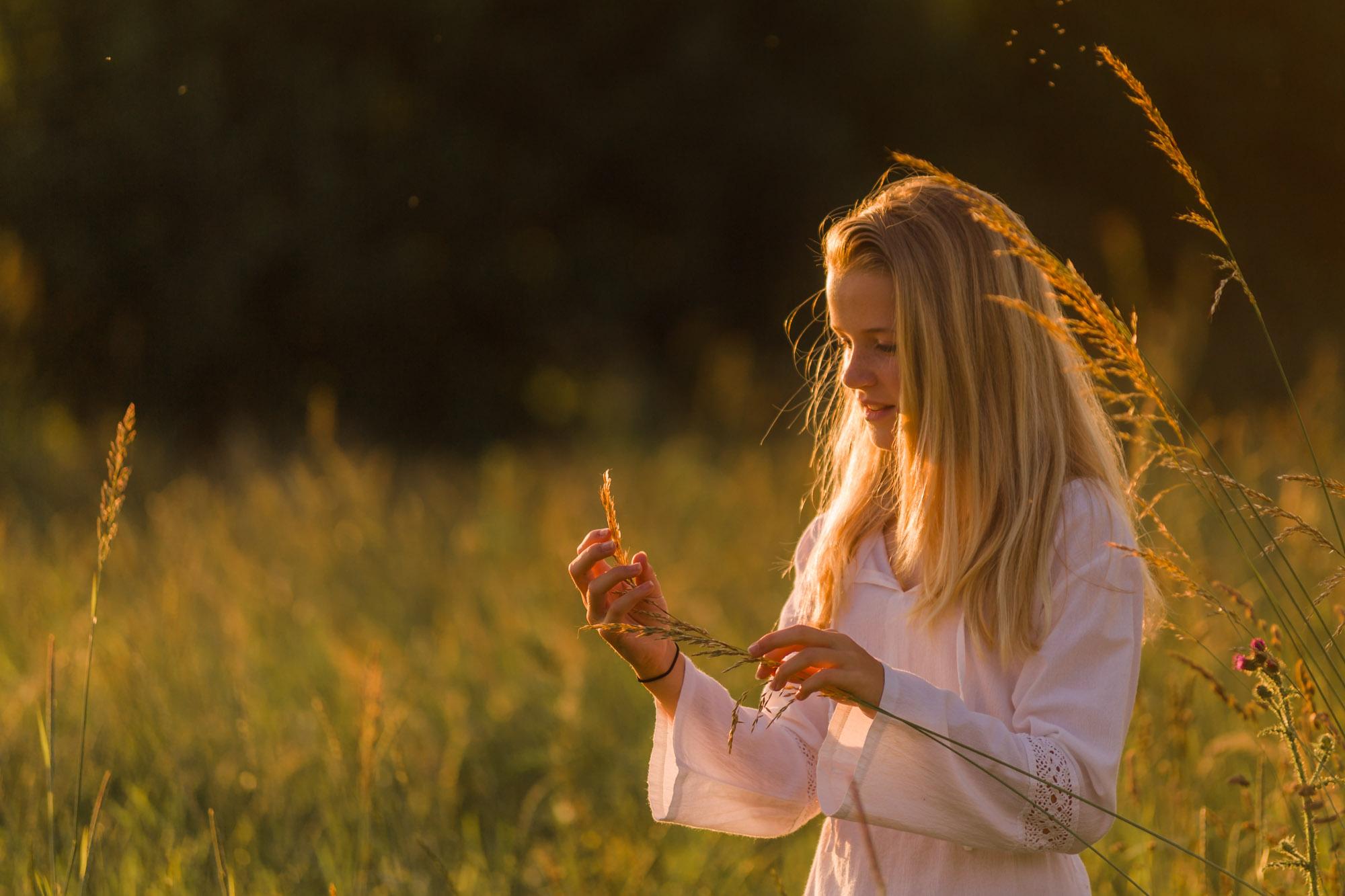 Romantisch portret van blond meisje bij hoog gras door MayraFotografie