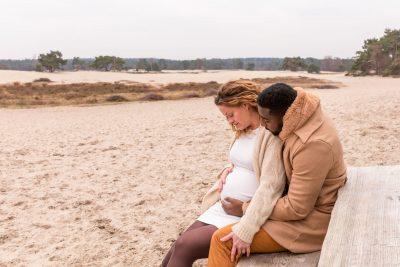 foto van zittend zwanger stel bij de soesterduinen door mayrafotografie