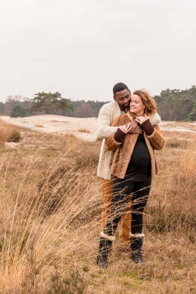 foto van zwanger stel bij de soesterduinen door mayrafotografie