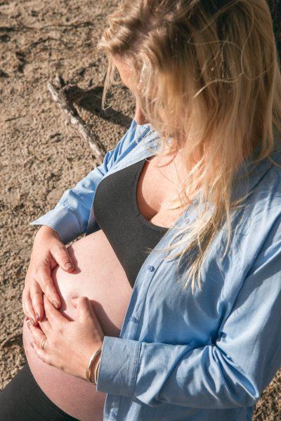 foto van blonde zwangere vrouw met blote buik door mayrafotografie
