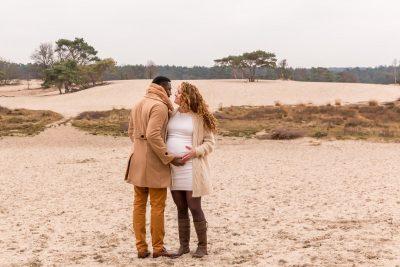 foto van liefdevol zwanger stel bij de soesterduinen door mayrafotografie
