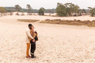 foto van liefkozend zwanger stel bij de soesterduinen door mayrafotografie