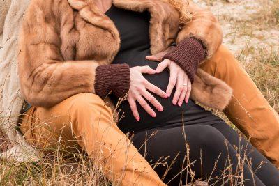 foto van hartje op buik van zwanger stel bij de soesterduinen door mayrafotografie