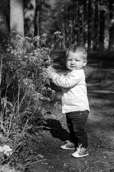 Zwartwit kind portret van jongetje bij bermbloemen door MayraFotografie