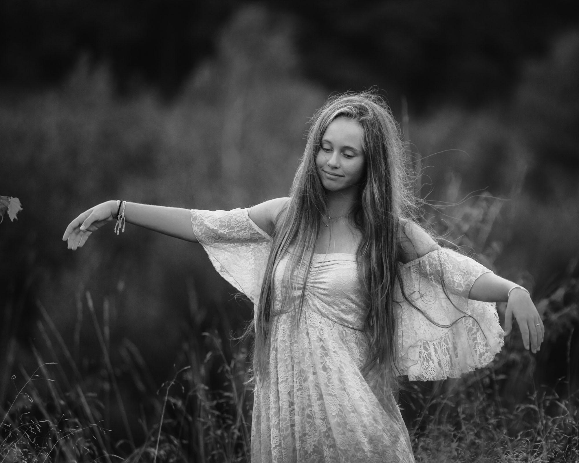 Romantisch zwartwit portret van dansend meisje met lang haar door MayraFotografie