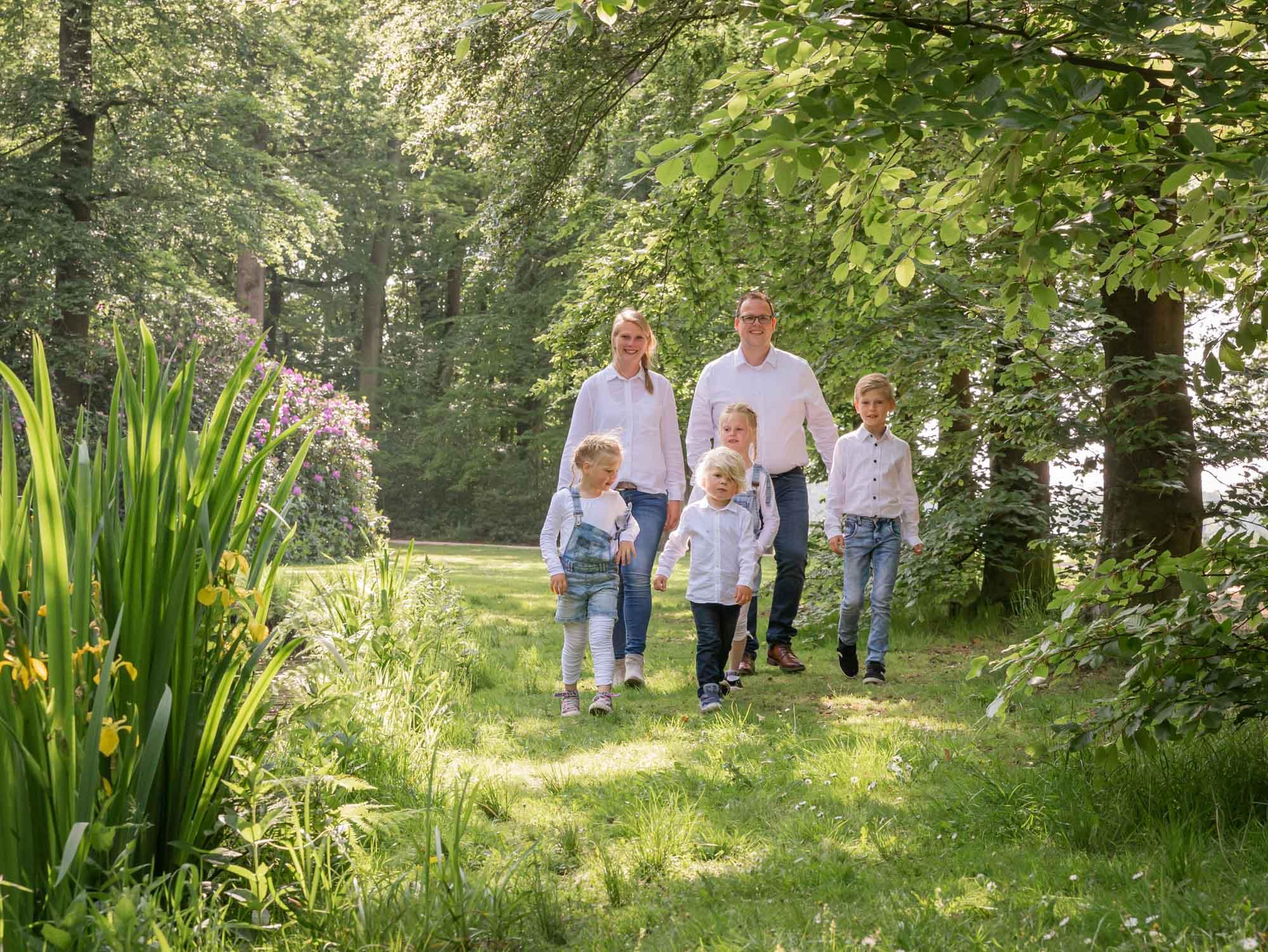 Gezinsfotograaf in Amersfoort, Nijkerk, Hoevelaken en omgeving, voor gezinsreportage. Gezinsfotoshoot door Mayra Fotografie. Fotoshoot bij kasteel en landgoed Groeneveld te Baarn.
