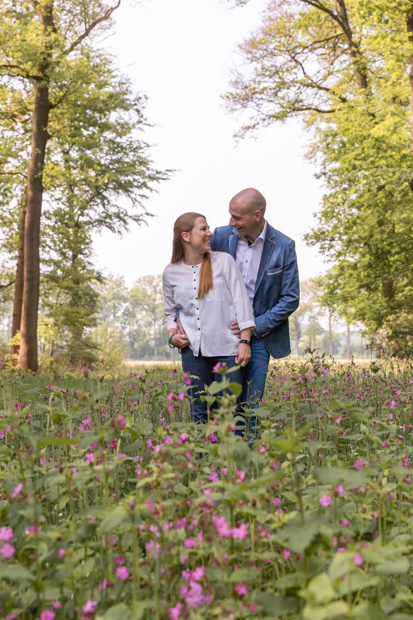 Loveshoot fotograaf in Amersfoort, Nijkerk, Hoevelaken en omgeving. Koppel fotoshoot door Mayra Fotografie bij Oldenaller.