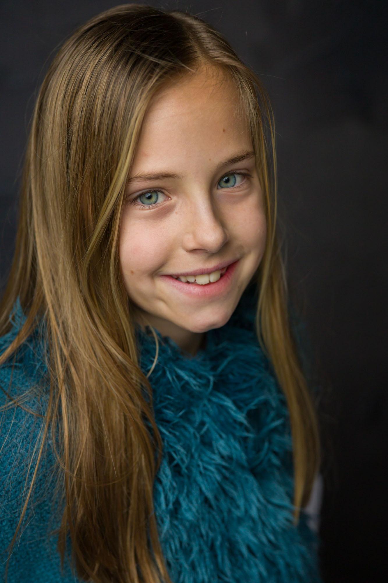 Natuurlijk licht portret in daglicht fotostudio. Mayra Fotografie. Fotograaf Amersfoort, Nijkerk, Hoevelaken en omgeving.