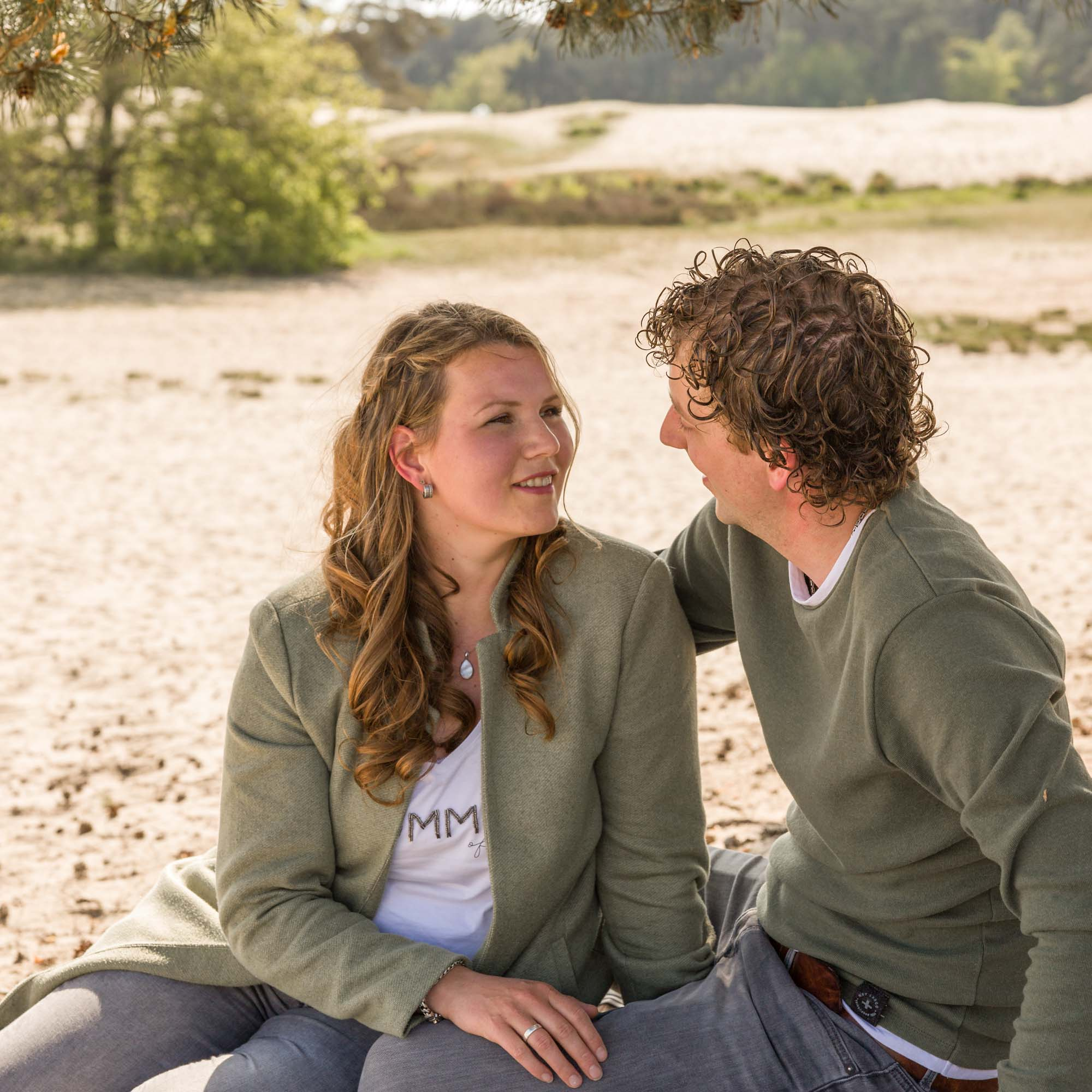Loveshoot fotograaf in Amersfoort, Nijkerk, Hoevelaken en omgeving. Koppel fotoshoot door Mayra Fotografie.