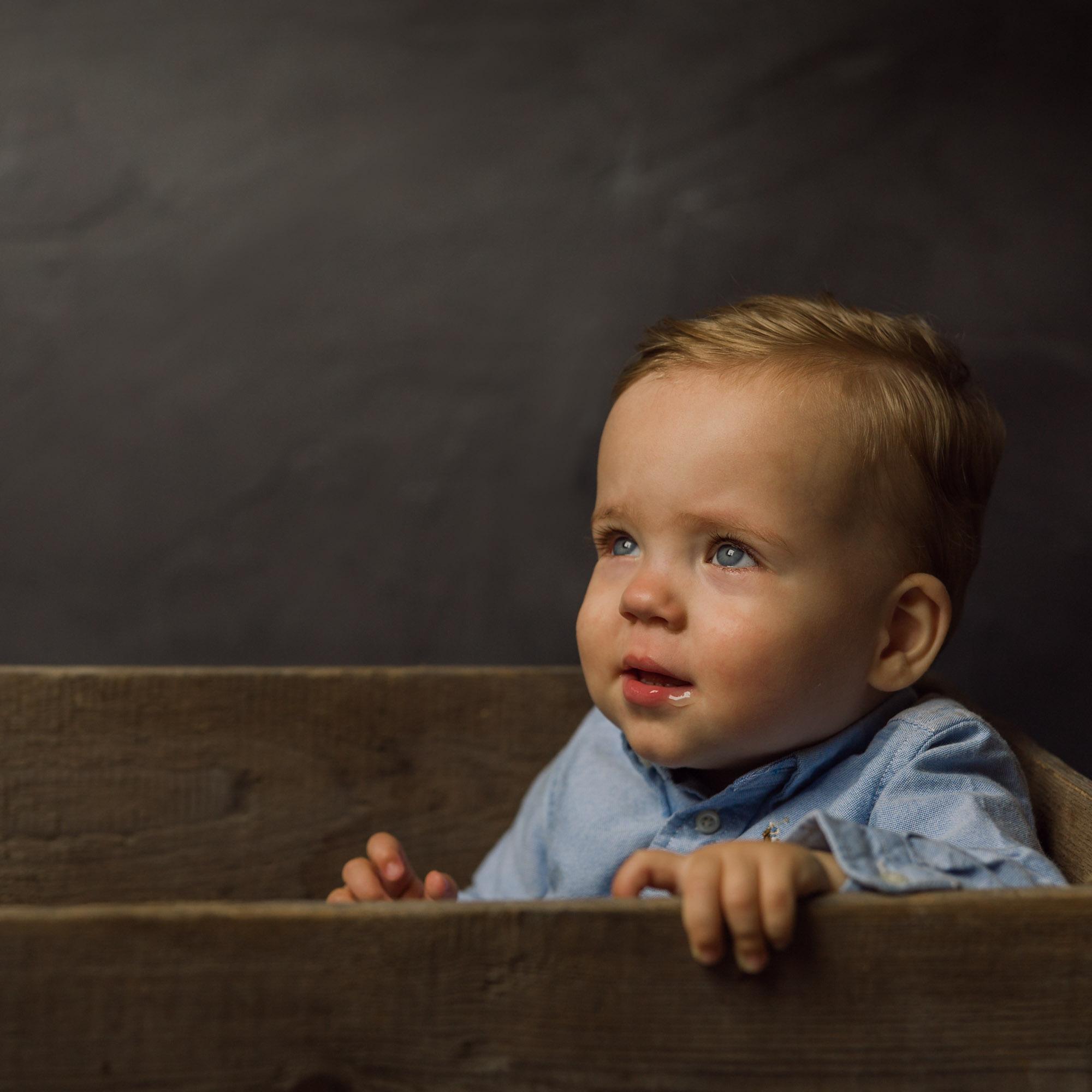 Kinderportret met natuurlijk licht in daglicht fotostudio door Mayra Fotografie